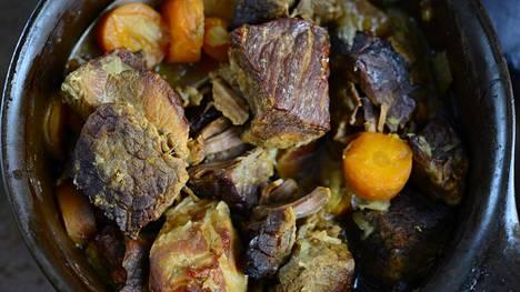 Karjalanpaisti on perinteistä suomalaista juhlaruokaa.