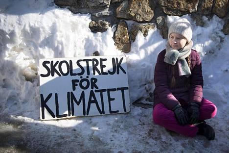 Ilmastoaktivisti Greta Thunberg istui maailman talousfoorumin viimeisenä päivänä kongressikeskuksen edessä Davosissa, Sveitsissä.