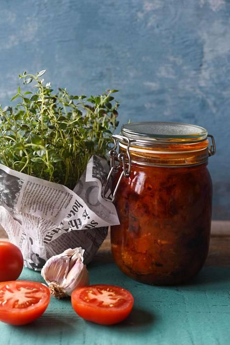 Itse tehdyn tomaattikastikkeen voi maustaa kukin tavallaan. Salaisuutena on riittävästi oliiviöljyä ja sopivasti hunajaa.