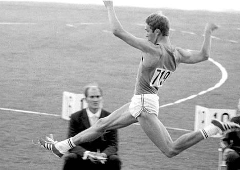 Ennen selostusuraansa Myllymäki oli lahjakas pituushyppääjä. Ennätys 783 syntyi Helsingin EM-kisoissa 1971.