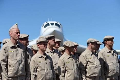 Venäläislentäjiä ja muuta sotilashenkilöstöä Caracasin lentokentällä.