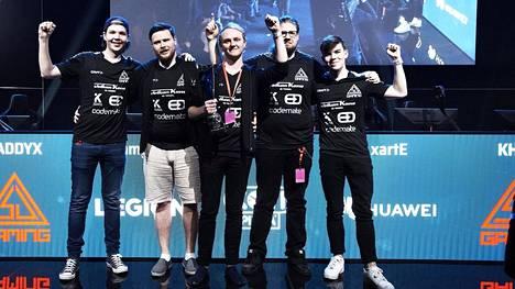 """SJ Gaming on CS:n vuoden 2019 Suomen mestari. Tiimiin kuuluvat (v-o): Elias """"Jamppi"""" Olkkonen, Jesse """"KHRN"""" Grandell, Tony """"arvid"""" Niemelä, Mikko """"xartE"""" Välimaa ja Tuomas """"SADDYX"""" Louhimaa."""