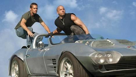 Paul Walker (vas.) yhdessä Vin Dieselin kanssa Fast & Furiousin (Hurjapäät) kuvauksissa.