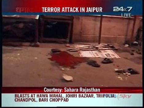 NDTV-kanavan tv-uutiset näyttivät verisen pommi-iskun jälkiä.