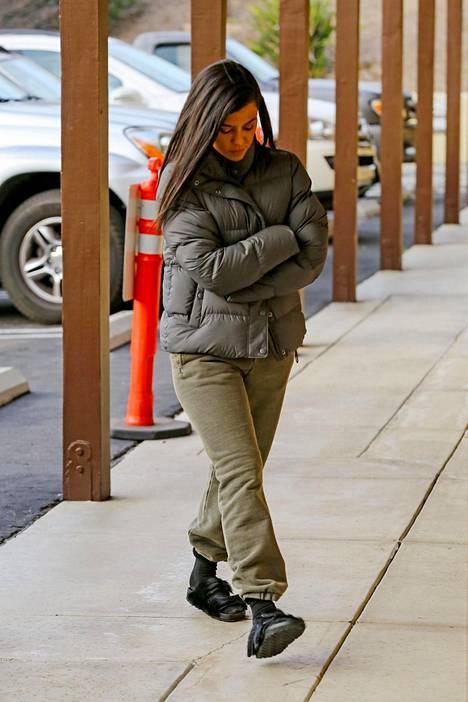Kourtney Kardashian viihtyy sukissa ja terveyssandaaleissa.
