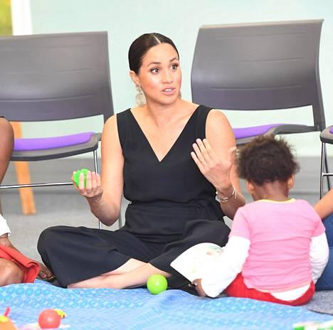 Herttuatar tahtoi istua lattialla muiden äitien ja lapsien kanssa.
