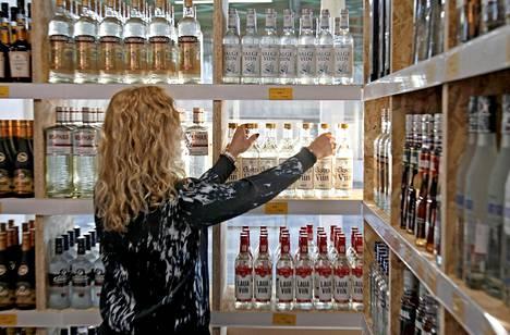 Virolaisyritys Alko1000 on perustanut Latvian puolella toimineille raja-asemille kaksi suurta alkoholimyymälää.