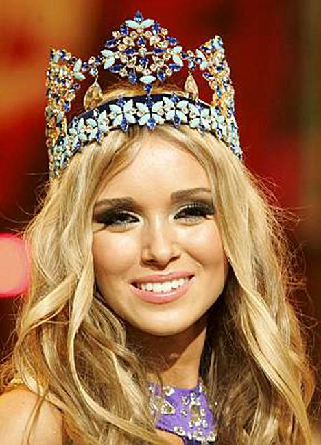 Ennen kruunaamistaan Miss Maailmaksi Ksenija Suhinova on ehtinyt saada päähänsä myös Miss Öljykaasun kruunun.