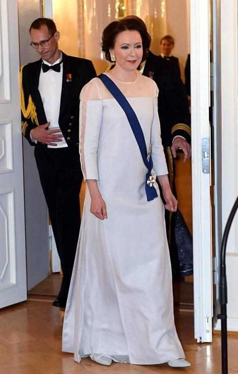 Illan emännällä oli tänä vuonna yllään koivusta tehty kokovalkoinen luomus.