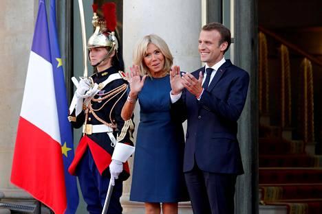 Emmanuel Macronia kiinnostanee myös Helsingisäs pidetty Trumpin ja Putinin huippukokous. Kuvassa vieressä presidentin vaimo Brigitte Macron.