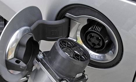 Taloyhtiöissä pohditaan, miten sähköverkon kapasiteetti saadaan riittämään sähköautojen lataaminen.