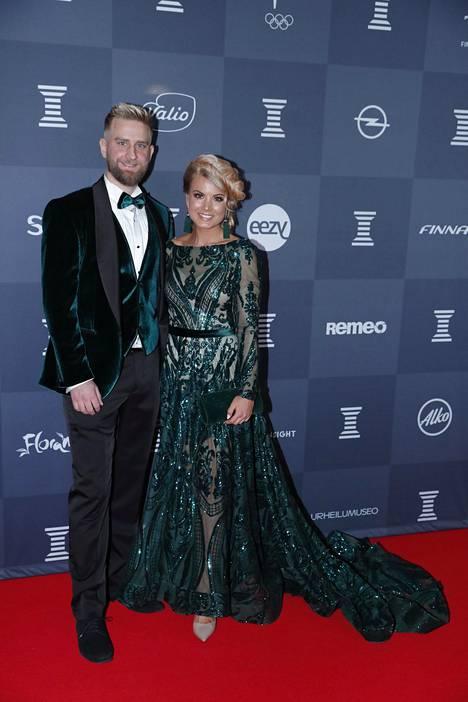 Hjallis Harkimon ja Leena Harkimon esikoispoika Joel Harkimo oli yksi illan kuvatuimpia yhdessä kumppaninsa, fitnessmalli, tv-kasvo ja yrittäjä Janni Hussin kanssa.