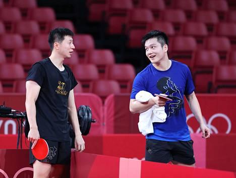 Kiinan supertähdet Ma Long (vas) ja Fan Zhendong ovat pöytätennisturnauksen ennakkosuosikkeja Tokiossa.
