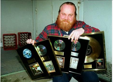 Kultalevyjen lisäksi Gösta sai arvostetun Juha Vainio -sanoittajapalkinnon vuonna 1996. Leevi and the Leavings valittiin vuonna 1995 Emma-gaalassa Vuoden yhtyeeksi.