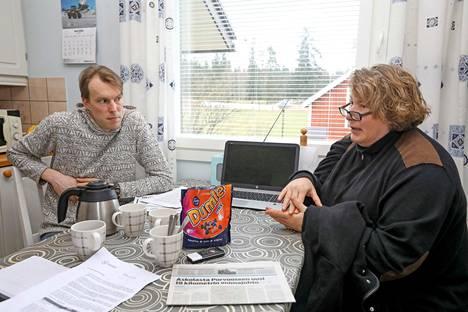 Esko Mikander ja Sanna Andersson kritisoivat etenkin huonoa tiedotusta.