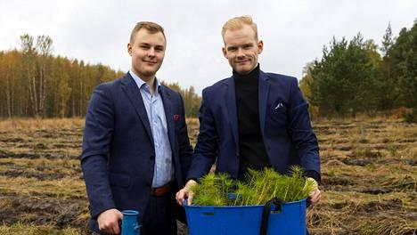 Antti Laakso (vas.) ja Miikka Evesti opiskelevat kauppakorkeassa, mutta opinnot ovat tällä hetkellä jäissä ajanpuutteen vuoksi.