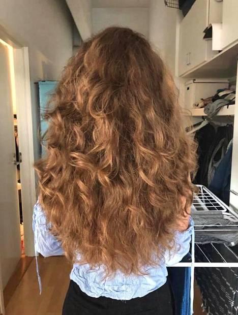 Tältä Monan hiukset näyttivät pari viikkoa metodin aloittamisen jälkeen auki harjattuna – mitä ei metodin mukaan kiharalle tehdä.