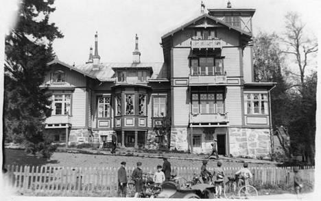 Kolmikerroksinen puuhuvila Villa Toivola oli Maria Åkerblomin koti vuosikymmeniä.