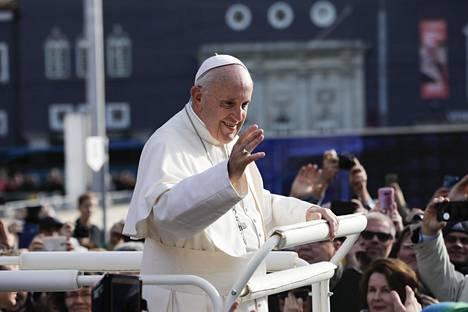 Paavi Franciscus kiersi Tallinnan Vapaudenaukiota erikoisvalmisteisen kärrynsä päällä seisoen.
