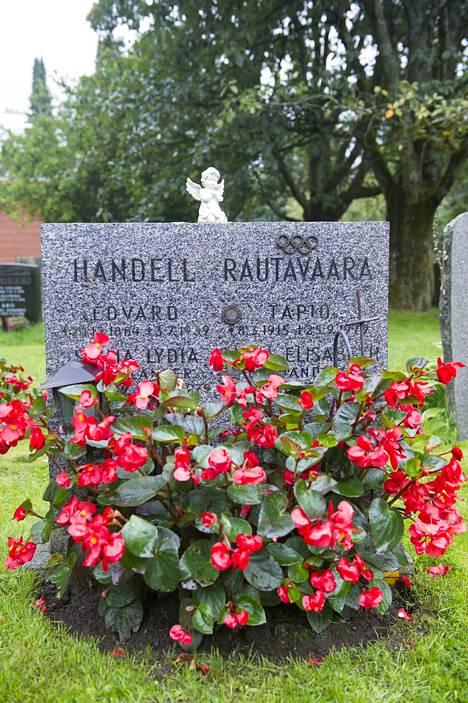 Reissumies Tapio Rautavaara lepää puolisonsa suvun haudassa.