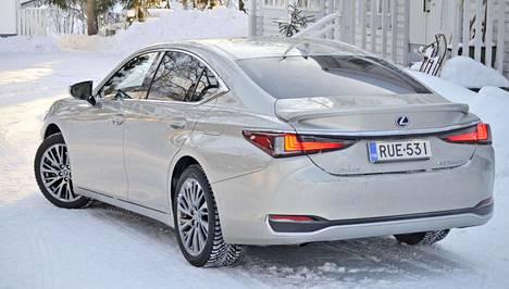 Lexus ES on käytännössä viisimetrinen edustusluokan sedan, mutta ei luonnossa näytä niin pitkältä kuin on.