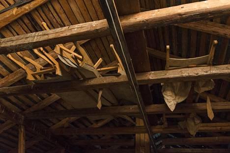 Ullakon katonrajassa on kasa vanhoja paareja, jotka saattavat olla sotiemme ajalta.