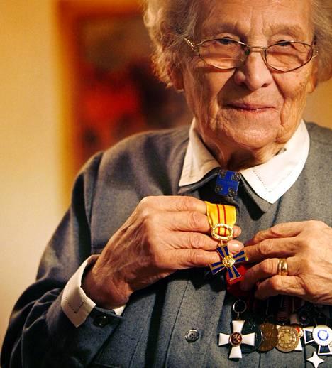 Kuvassa Saara Kanerva vuonna 2005, kun hän sai uuden kunniamerkin: Kolmannen luokan vapaudenristin.