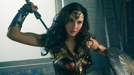 Jo Batman v Superman -seikkailussa (2016) vilahtanut Wonder Woman (Gal Gadot) osaa omassa elokuvassaan pitää puoliaan.