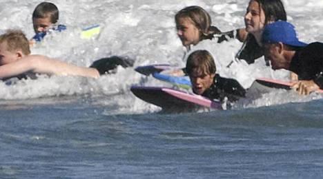 Gordon Ramsay polskii lastensa Meganin, Hollyn, Jackin ja Matildan kanssa. Aallokossa pärskivät myös David Beckham ja poikansa Romeo ja Cruz.