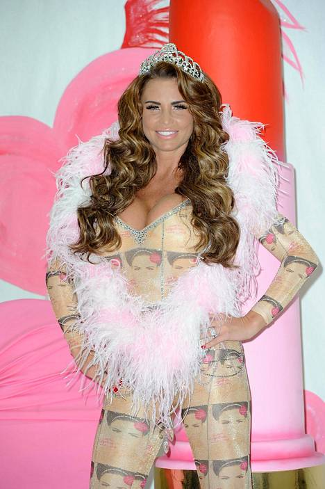 Katie edusti pörheän pinkkinä Love Lipstick And Lies -kirjansa julkaisutilaisuudessa vuonna 2013.