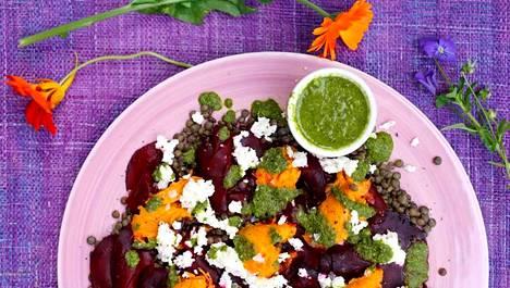 Punajuuri-linssisalaatti on kevyt, mutta maistuva ruokaisa salaatti.