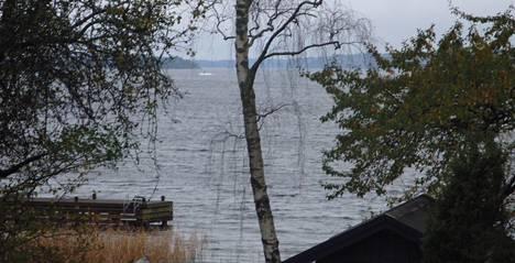 Ruotsin puolustusvoimat julkisti 19. lokakuuta tämän Tukholman saaristosta otetun kuvan, jossa näkyy pintaan noussut sukellusveneeltä vahvasti vaikuttava esine.