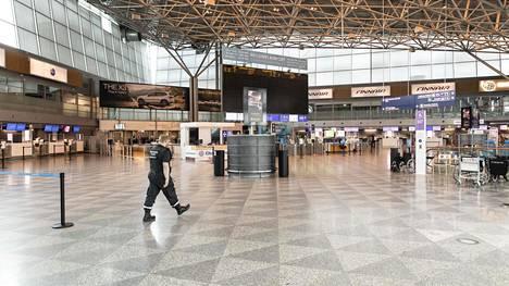 Matkailuyritykset odottavat tietoa, miten ja milloin matkailua taas avataan. Koronaviruksen aiheuttamat rajoitustoimet ovat hiljentäneet muun muassa Helsinki-Vantaan lentokentän.