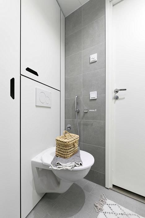 Kodinkoneet voi piilottaa kylpyhuoneen kaappien taakse.