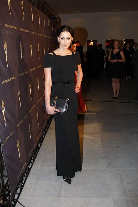 Jenni Dahlmanin yllä nähtiin netistä tilaamansa Badgley Mischkan juhlapuku. Lisäksi hänellä oli Valentinon käsilaukku, Landvinin korvakorut ja Zanonin kengät.