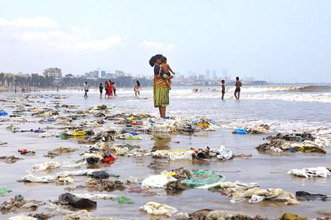 Jätteiden täyttämä ranta Intiassa kesäkuussa 2018.