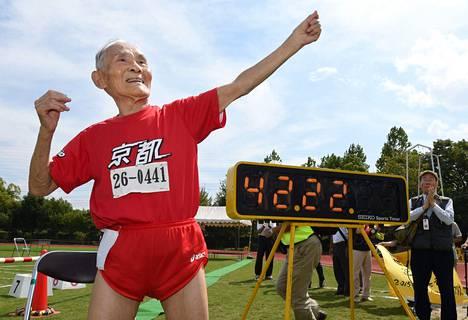 Hidekichi Miyazaki tuuletti tulostaulun edessä tehtyään uuden maailmanennätyksen.