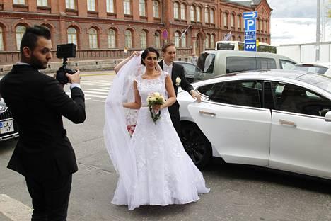 Nasima Razmyar ja Johan Fager kuljetettiin juhlapaikalle valkoisella Jaguarilla.