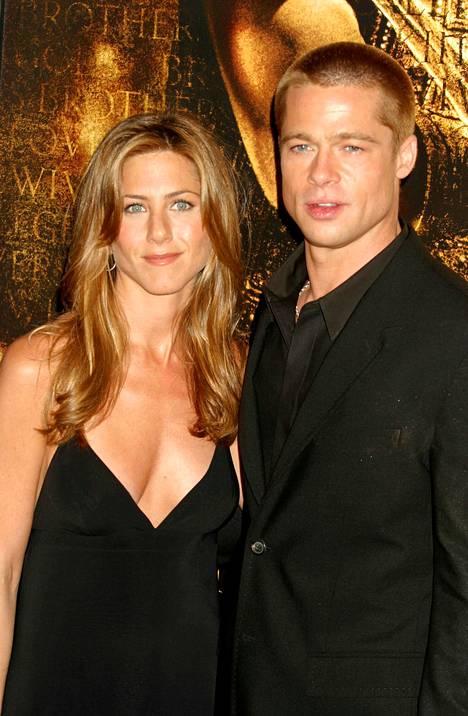 Brad Pitt saapui yllättäen Jennifer Anistonin syntymäpäiville. Kuva vuodelta 2004.