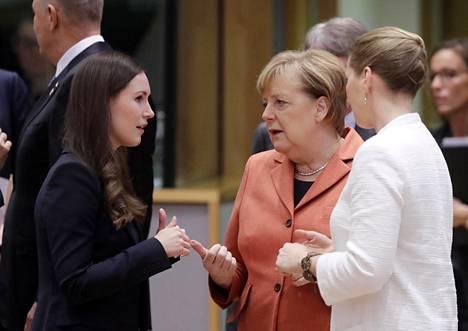 Sanna Marin, Angela Merkel ja Tanskan pääministeri Mette Frederiksen Eurooppa-neuvoston kokouksessa.