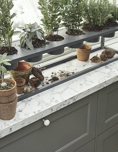 Keittiötrendeissä näkyvät nyt luonnosta inspiraationsa saaneet värit, kuten harmaa, vihreä, merensininen ja greige.