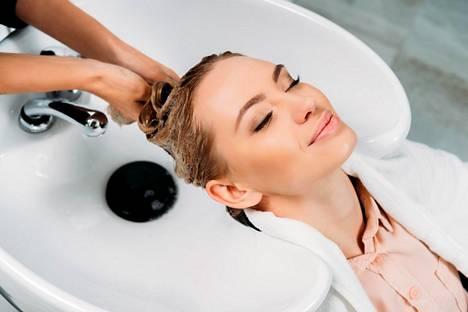 Hoitoainetta levitetään pyyhekuiviin hiuksiin ja yleensä vain latvoihin korvista alaspäin.