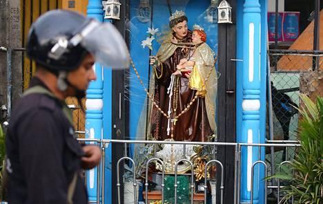 Colombossa sijaitsevan St. Anthonyn kirkon ulkopuolella vitriinin lasi oli säröillä edellispäivän hyökkäyksen jäljiltä.