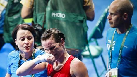 Valmentaja Maarit Teurosen (vas.) ja Mira Potkosen naama oli näkkärillä olympiavälierän tappion jälkeen 2016. Pronssi oli kuitenkin jo varmistettu.
