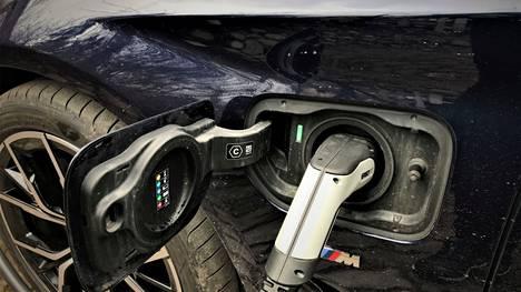 Heinäkuussa rekisteröidyistä autoista ladattavien hybridien osuus oli 18 ja täyssähköautojen 10 prosenttia.