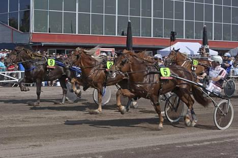 Hullumies (5) ja Seppo Sarkola juhlivat Porin kuninkuuskilpailun kahdella ensimmäisellä osamatkalla.