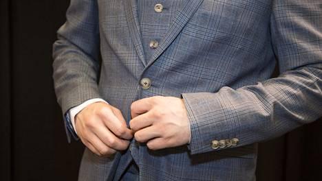Sovituksessa takin alanapin tulee olla auki. Samoin aina pukua käytettäessä.