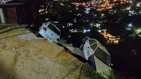 Autoja syöksyi rotkoihin teiden romahdettua Acapulcossa.
