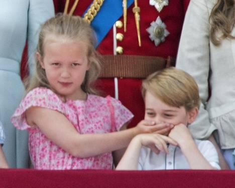 Serkku auttaa! Savannah Philips päätti peittää Georgen suun, kun tämä aiheutti hämminkiä parvekkeella kesäkuussa Trooping the Colour -paraatissa.