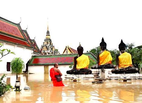 Vesi nousi korkealle Surat Thanin maakunnassa sijaitsevassa buddhalaisluostarissa.